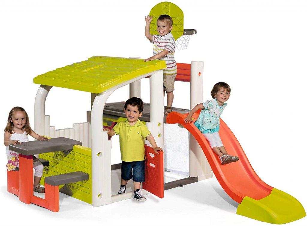 L'aire de jeux Smoby Fun Center permet à votre enfant de s'amuser des heures en extérieur sans s'ennuyer !