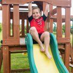 L'aire de jeux en bois fait partie des jeux d'extérieur pour enfant.