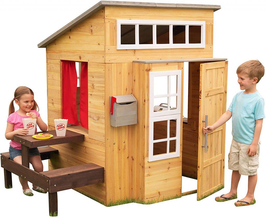 La maisonnette enfant Kidkraft est en bois.
