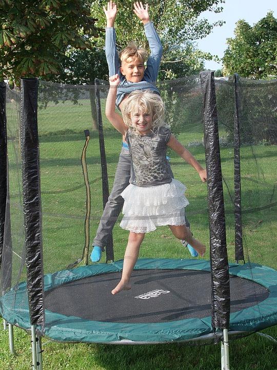 Le trampoline est un excellent jeu de plein air pour les enfants.